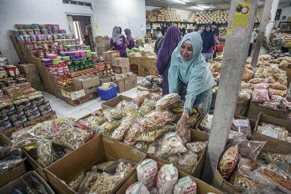 Pengunjung memilih camilan di toko makanan kecil, di Yogyakarta, Jumat (16/6). - Antara/Andreas Fitri Atmoko