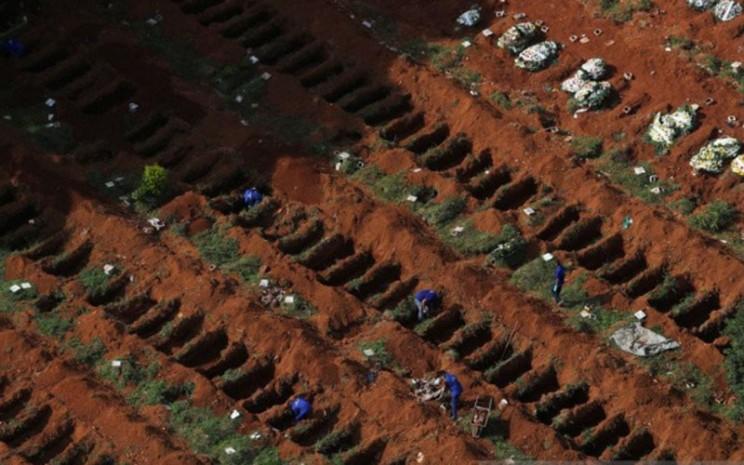 Penggali makam membuat kuburan baru seiring dengan jumlah kematian yang terus meningkat setelah penyebaran virus Covid-19, di tempat pemakaman Vila Formosa, pemakaman terbesar Brasil, di Sao Paulo, Kamis (2/4/2020)./Antara - Reuters
