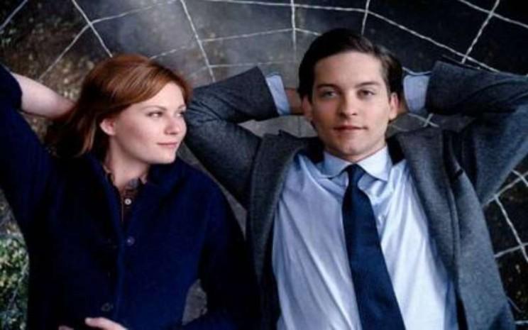 Kirsten Dunst dan Tobey Maguire di dalam film Spider-Man. - eonline.com