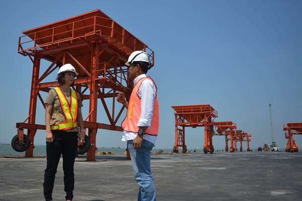 Director Finance PT Berlian Manyar Sejahtera (BMS) Dewi Djunaidi (kiri) berbincang dengan Director finance PT Berkah Kawasan Manyar Sejahtera (BKMS) Rally Eko Kurniawan (kanan) di pelabuhan yang berada di kawasan industri terpadu Java Integrated Industrial and Ports Estate (JIIPE), Gresik, Jawa Timur, Selasa (8/5/2018). - ANTARA/Umarul Faruq