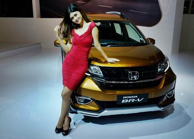 Model berpose dengan New Honda BR-V di sela-sela peluncurannya dalam Indonesia International Motor Show (IIMS) 2019, di JIExpo Kemayoran, Jakarta, Kamis (25/4/2019). - Bisnis/Felix Jody Kinarwan