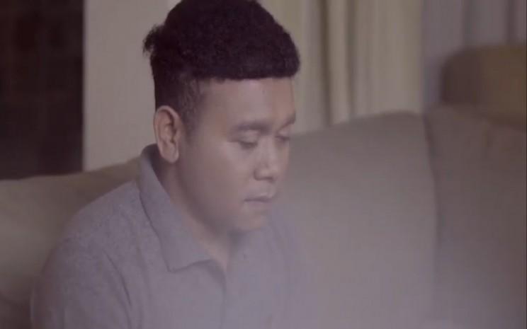Billy Mambrasar melalui konten Youtube menyanyikan lagu Pamer Bojo karya penyanyi campurcari, Didi Kempot.