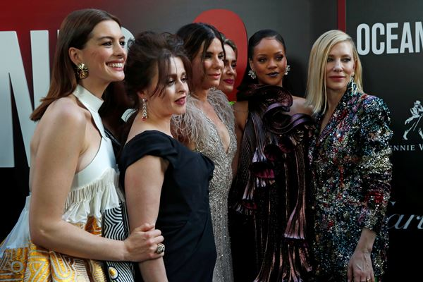 "Para aktris yang membintangi film ""Ocean's 8"": Cate Blanchett, Sarah Paulson, Anne Hathaway, Sandra Bullock, Mindy Kaling, Helena Bonham Carter dan Rihanna berpose di acara premier film ""Ocean's 8"" di Alice Tully Hall di New York City, 5 Juni 2018. - Reuters"