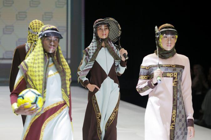 Model mengenakan busana rancangan Lia Soraya dalam pergelaran Indonesia Fashion Week 2019 di Jakarta Convention Center (JCC), Jakarta, Kamis (28/3/2019). - Bisnis/Felix Jody Kinarwan