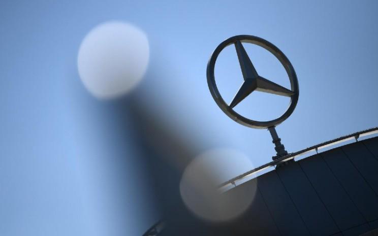 Bintang Lancip Tiga, logo Mercedes Benz.  - REUTERS