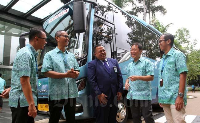 Direktur PT Blue Bird Tbk. Sigit Djokosoetono (kedua kanan) berbincang dengan VP Central Operations Aris Budiarto (kiri), General Manager Bambang Kusumo (kedua kiri), General Manager Bus Rizki Bayu (kanan) dan salah seorang pengemudi saat jumpa media di Jakarta, Rabu (19/2). - BISNIS/Arief Hermawan