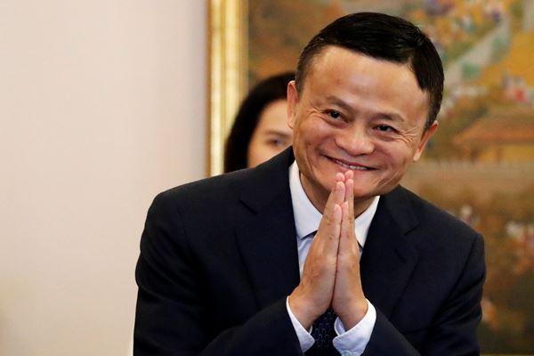 Jack Ma, pendiri e-commerce raksasa dari China, Alibaba, memberi salam ketika dia tiba untuk bertemu dengan Perdana Menteri Thailand Prayuth Chan-ocha di Bangkok, Thailand, 19 April 2018. - Reuters