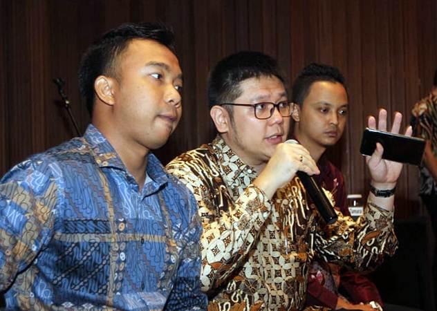 Direktur Utama PT Wahana Interfood Nusantara Tbk Reinald Siswanto (tengah) bersama Direktur Firman Budidarma (kanan), dan Sekretaris Perusahaan Gendra Fachrurozi menjawab pertanyaan wartawan usai penawaran umum perdana saham perseroan, di Jakarta, Rabu (20/2/2019). - Bisnis/Endang Muchtar