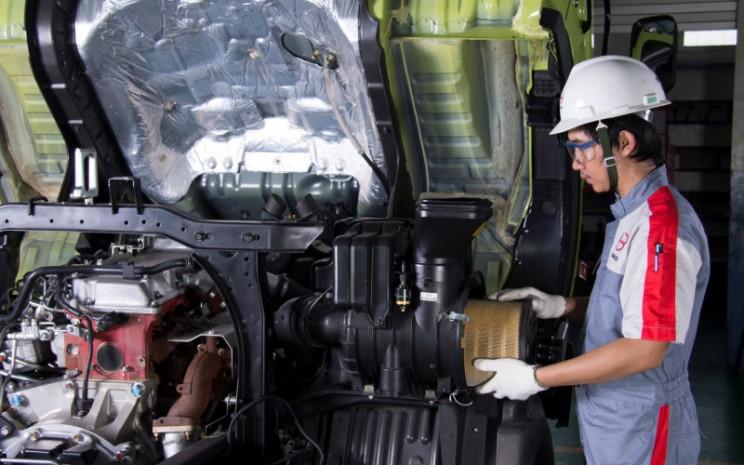 Mekanik Hino Motors sedang mengecek truk. Hino turut menawarkan program Servis Hemat Mobil Terawat untuk perbaikan dan over haul diskon hingga 45 persen suku cadang dan diskon 20 jasa servis serta promo potongan harga Strainer Kit hanya 900.000  - HINO MOTORS