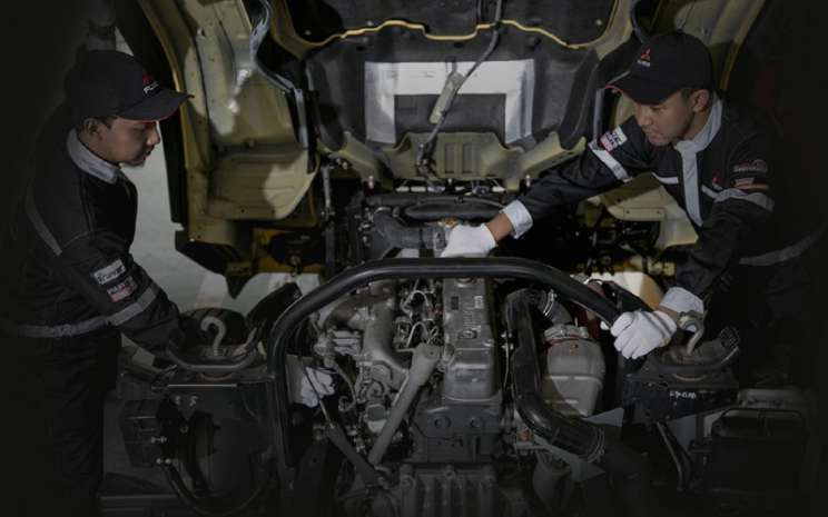 Mekanik Mitsubishi Fuso. Di masa PSBB, konsumen juga akan mendapatkan diskon spesial untuk jasa service dan penggantian spare part sampai dengan 15% yang  menguntungkan konsumen. -  KTB