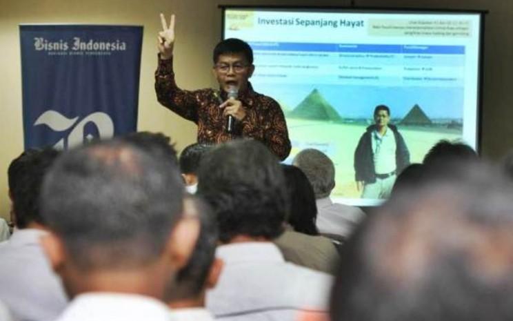 Chief Economist & Direktur Investor Relations Bahana TCW Investment Management Budi Hikmat menjawab pertanyaan redaksi disela-sela Bisnis Indonesia Leader's Day, di kantor Bisnis Indonesia, Jakarta, Selasa (5/9). - JIBI/Endang Muchtar