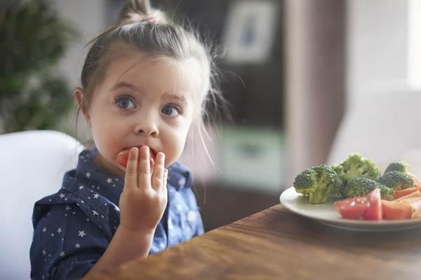 Ilustasi - Seorang anak makan buah dan sayur. - Istimewa