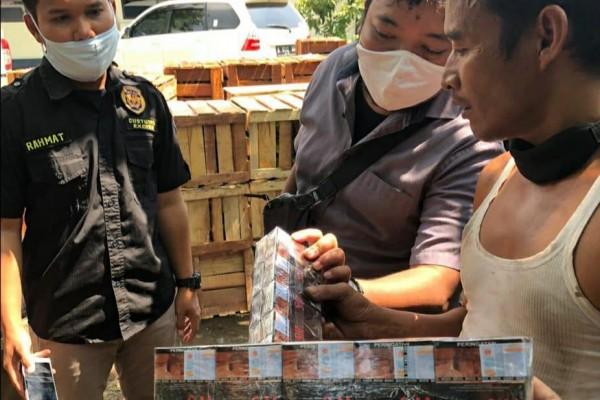 Dikejar Hingga Brebes, Rokok Ilegal yang Disamarkan dalam Muatan Buah-Buahan Berhasil Diamankan Bea Cukai
