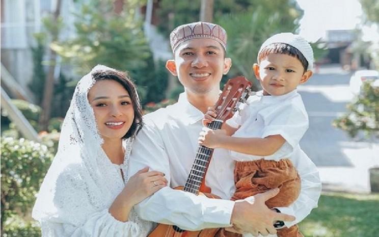 Ilustrasi - Penyanyi Andien bersama suami dan anaknya kompak menggunakan busana berwarna putih di hari Lebaran 2019  -  Instagram @andienaisyah.