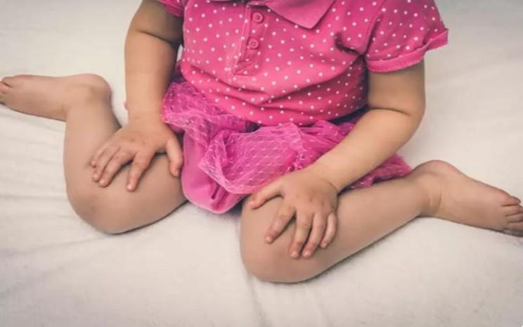Anak duduk dalam posisi W tidak baik untuk kesehatan. - Istimewa