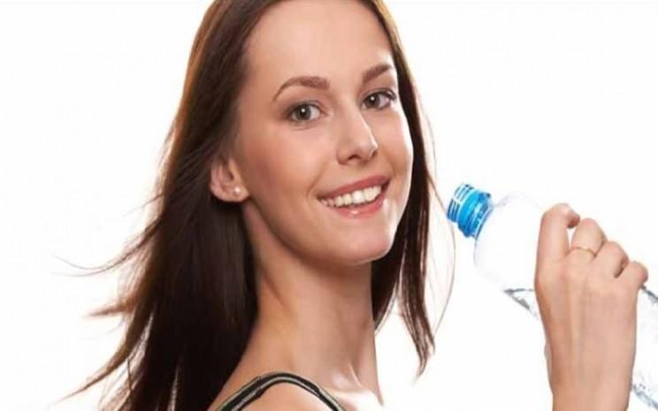 Minum air putih bermanfaat untuk kesehatan tubuh. - Istimewa