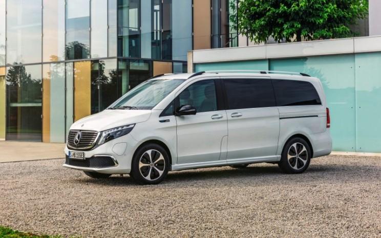 Mercedes-Benz EQV baru - Eksterior berwarna Mountain crystal white metallic, dan gril radiator panel hitam dengan sirip chrome - DAIMLER