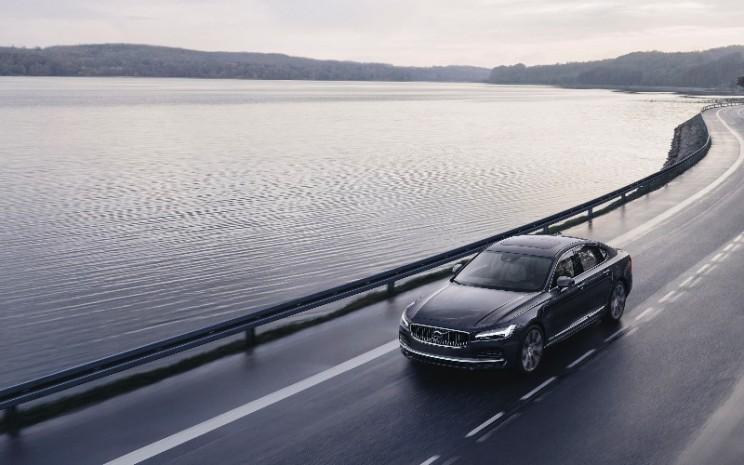 Volvo S90 Recharge T8 plug/in hybrid berwarna Platinum Grey tengah melaju kencang. VOLVO CARS