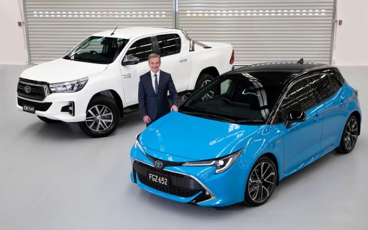 President Toyota Australia Matthew Callachor dengan model terlaris di Australia  HiLux dan kendaraan penumpang terlaris Corolla.  - TOYOTA AUSTRALIA