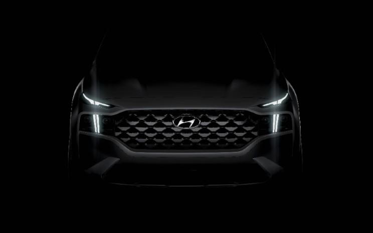 Sekilas Hyundai Santa Fe generasi terbaru. DRL berbentuk T yang eye-catching dirancang untuk dilihat dari kejauhan dan memberi petunjuk pada peningkatan teknologi yang belum diungkapkan.  - HYUNDAI