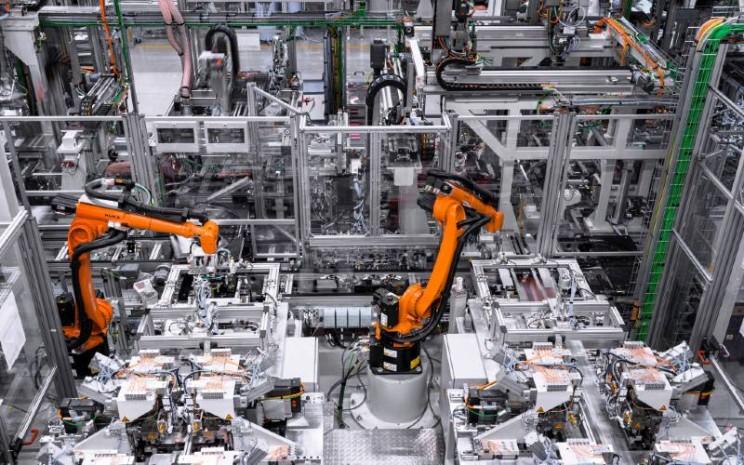 Produksi baterai di Pabrik Accumotive di Kamenz. Produksi sistem baterai untuk Mercedes-Benz EQC. Pabrik baterai mengandalkan sistem canggih dan menggunakan berbagai teknologi Industry 4.0 untuk memproduksi baterai drive untuk model produk dan merek teknologi EQ.  - MERCEDES BENZ
