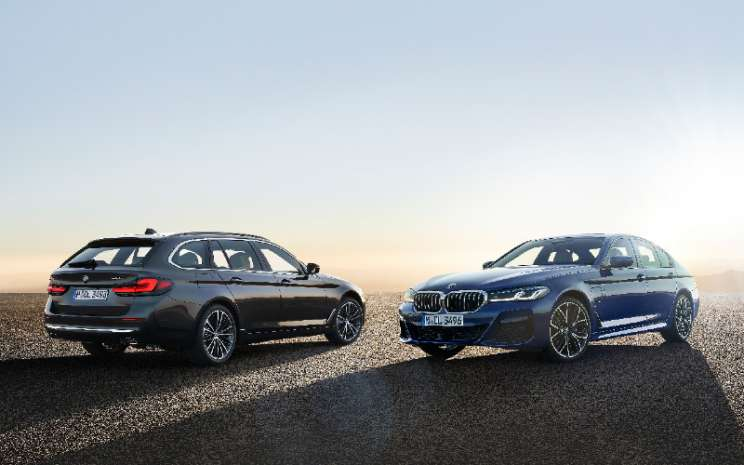 BMW 530e xDrive Sedan, Phytonic blue metallic, M Sport package; dan BMW 530i Touring, Sophisto grey metallic (05 - 2020). BMW