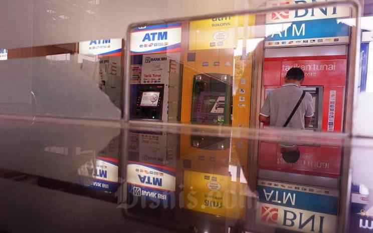 Nasabah bertransaksi di Galeri Anjungan Tunai Mandiri (ATM) di Jakarta, Minggu (29/7 - 2019).Bisnis/Nurul Hidayat
