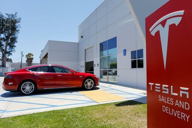 Tesla menyatakan layanan pengisian cepat Supercharger yang awalnya diberikan cuma-cuma, kini tidak gratis lagi alias akan dikenai biaya. - Reuters
