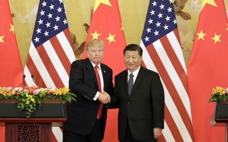 Presiden AS Donald Trump dan Presiden China Xi Jinping bersalaman dalam konferensi pers di Great Hall of the People di Beijing, China, Kamis (9/11/2017). - Bloomberg/Qilai Shen\\n