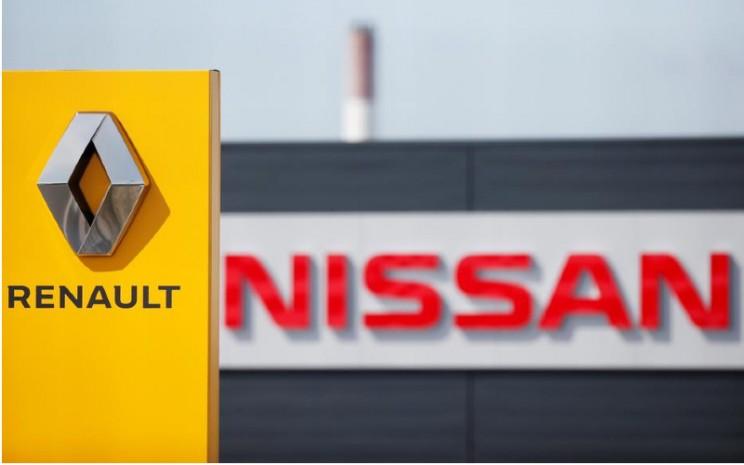 Logo Renault dan Nissan tampak di depan dealer perusahaan di Reims, Prancis, 9 Jul 2019. REUTERS - Christian Hartmann