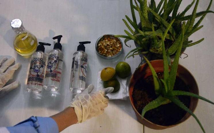 Mahasiswa Fakultas Teknologi Industri Universitas Muslim Indonesia (UMI) membuat produk hand sanitizer atau pembersih tangan dari tanaman herbal di kampus UMI Makassar, Sulawesi Selatan, Kamis (12/3/2020). Pembuatan hand sanitizer dari bahan herbal seperti dari tanaman lidah buaya dan kulit buah jeruk yang dinilai baik untuk meningkatkan kesehatan tubuh tersebut dibuat untuk mengatasi kelangkaan sejumlah produk kesehatan akibat merebaknya Virus Corona (COVID-19). ANTARA FOTO/Abriawan Abhe - aww.