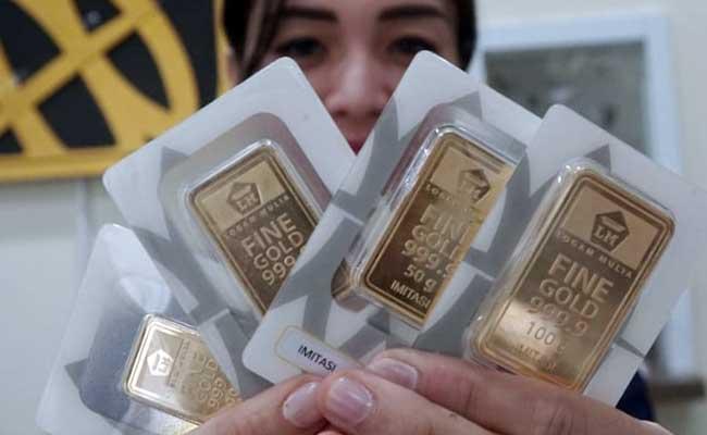 Karyawan menunjukan logam mulia di Butik Emas Antam, Jakarta, Selasa (11/2/2020). - Bisnis/Himawan L Nugraha