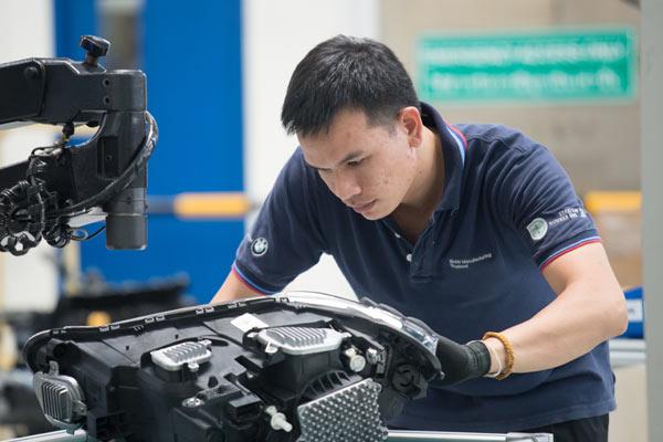 Sejak September 2018, staf dari Drxlmaier Group telah mengambil bagian dalam program pelatihan produksi baterai di BMW Group Plant Dingolfing dan pabrik percontohan untuk e-drivetrains.  - BMW