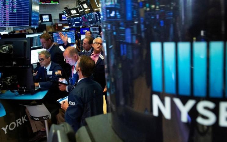 Indeks S&P 500 tergelincir dari level tertingginya dalam 7 pekan. / Reuters