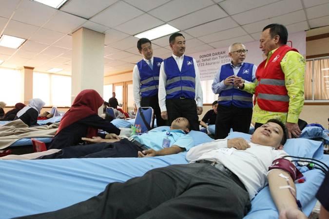 Ilustrasi aktivitas sedang melakukan donor darah biasa.