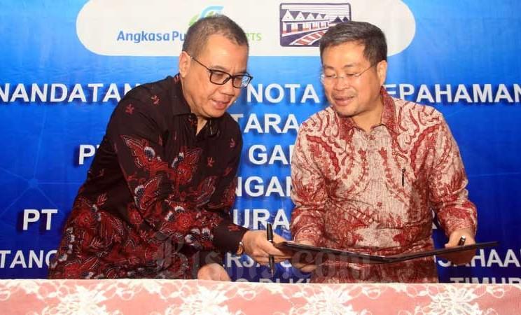 Direktur Utama PT Angkasa Pura I (Persero) Faik Fahmi (kiri) dan Direktur PT Gudang Garam Tbk. Istata T. Siddharta menandatangani nota kesepahaman rencana kerja sama pengusahaan Bandara Dhoho Kediri di Jakarta, Selasa (10/3/2020). Pada tahap awal, Bandara Dhoho Kediri direncanakan akan dibangun seluas 13.558 meter persegi dari luas total lahan bandara hampir 400 hektar dengan dimensi runway 2400 meter x 45 meter untuk kapasitas 1,5 Juta penumpang per tahun. Bisnis - Triawanda Tirta Aditya