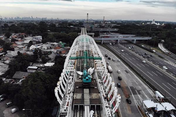 Foto aerial proyek pembangunan Light Rail Transit (LRT) Jabodebek, di kawasan Kampung Rambutan, Jakarta Timur, Rabu (2/1/2019). - Bisnis/Nurul Hidayat