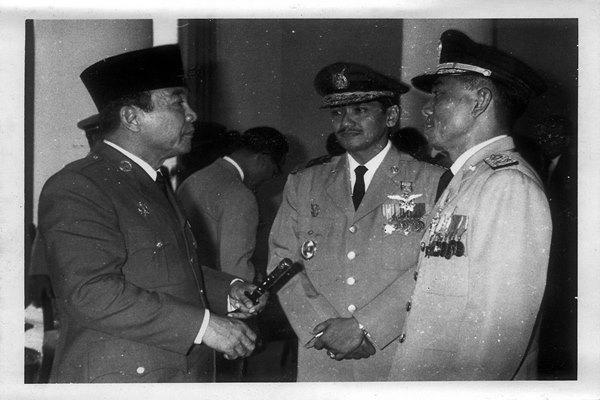 Presiden ke-I Soekarno berbincang dengan Jenderal Ahmad Yani - memobee.com