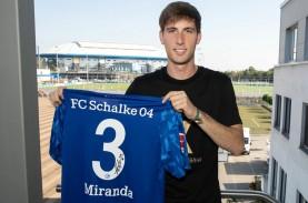 Bek Barcelona Juan Miranda Ingin Terus di Schalke