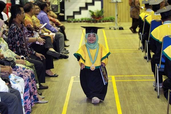 Penyandang disabilitas penerima manfaat Balai Besar Rehabilitasi Vokasional Penyandang Disabilitas (BBRVPD) Azizah mengikuti wisuda di Bogor, Jawa Barat, Rabu (31/10/2018). - JIBI/Dwi Prasetya