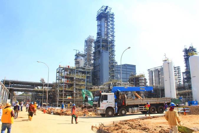 Pekerja beraktivitas di proyek pembangunan pabrik Polyethylene (PE) baru berkapasitas 400.000 ton per tahun di kompleks petrokimia terpadu PT Chandra Asri Petrochemical Tbk (CAP), Cilegon, Banten, Selasa, (18/6/2019). - Bisnis/Triawanda Tirta Aditya