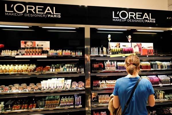 Deretan kosmetik L'Oreal - Reuters/Charles Platiau