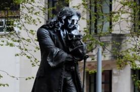 Patung Edward Colston di Inggris Dirobohkan Demonstran