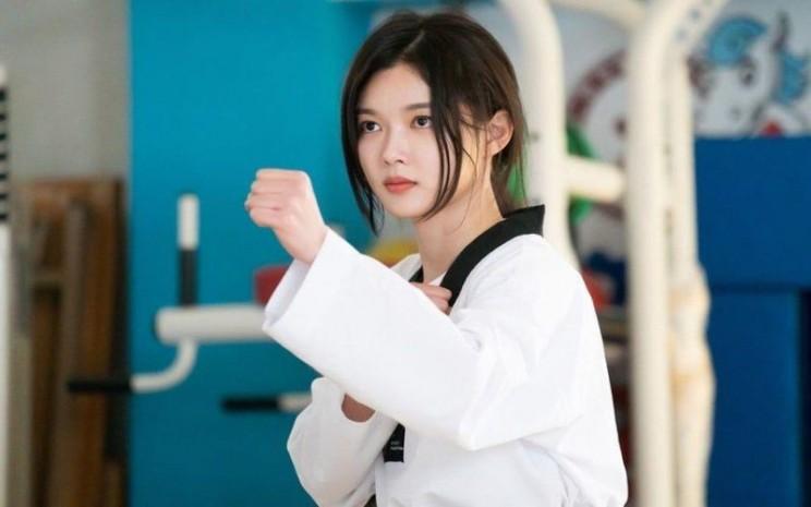 Dalam drama korea Backstreet Rookie, Kim Yoo Jung menunjukkan aksi bela diri. - Soompi