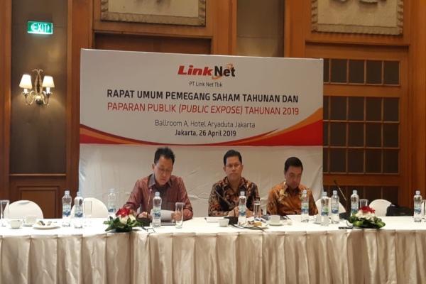 Presiden Direktur Link Net Marlo Budiman (keempat dari kiri) berfoto bersama dewan direksi Link Aja setelah menyampaikan paparan publik di Jakarta, Jumat (26/4/2019). - Bisnis/Dwi Nicken Tari