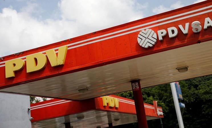 Logo perusahaan perminyakan milik negara Venezuela, Petroleos de Venezuela SA (PDVSA), terlihat di stasiun gas di Caracas. - Reuters/Andres Martinez