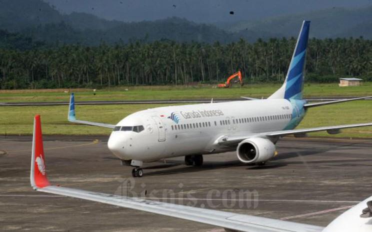 Pesawat milik maskapai penerbangan Garuda Indonesia bersiap melakukan penerbangan di Bandara internasional Sam Ratulangi Manado, Sulawesi Utara akhir pekan lalu (8/1/2017). - Bisnis/Dedi Gunawan\\