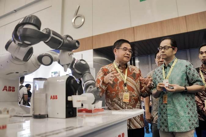Pengunjung mengamati produk yang dipamerkan pada Indonesia Industrial Summit (IIS) 2019 di ICE BSD, Tangerang, Banten, Senin (15/4/2019). - Bisnis/Felix Jody Kinarwan