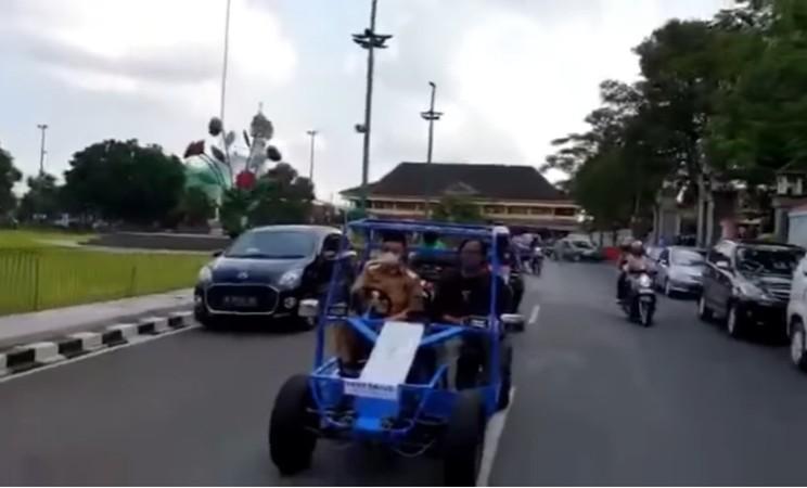 Test drive mobil listrik made in Kober oleh Bupati Banyumas