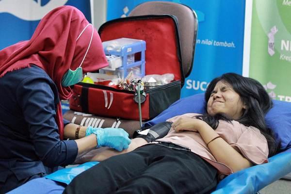 Karyawan Bisnis Indonesia mendonorkan darahnya di Wisma Bisnis Indonesia Jakarta, Selasa (5/12). Kegiatan tersebut diselenggarakan dalam rangkaian acara menyambut HUT ke-32 Bisnis Indonesia. - JIBI/Dwi Prasetya